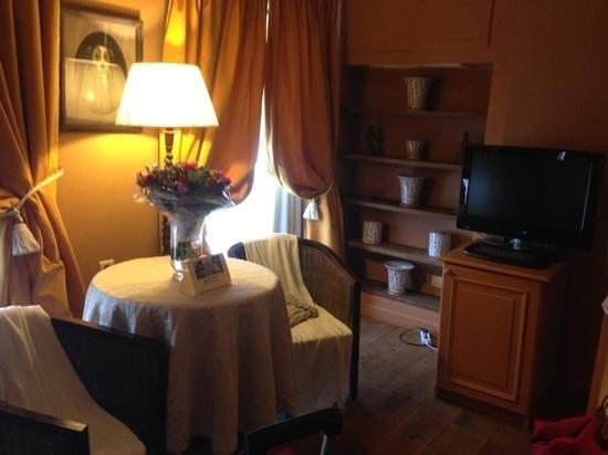 Hotel De Tuilerieen: coin Tv
