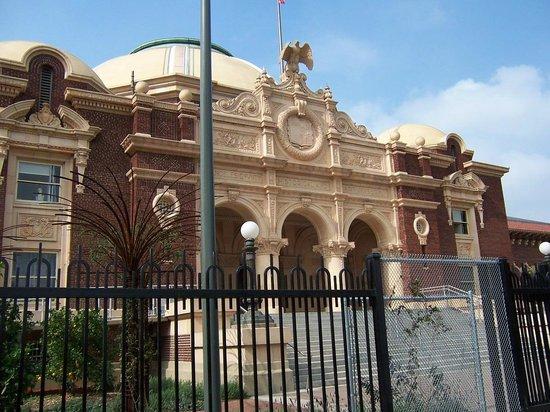 Los Angeles County Museum of Art: Vista posterior al museo de paleontología, frente al orquideario