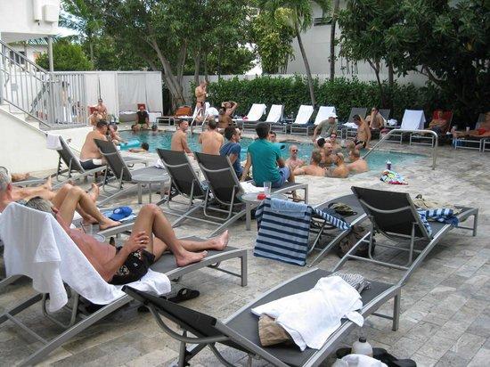 Royal Palms Resort & Spa: Daytime sunning crowd