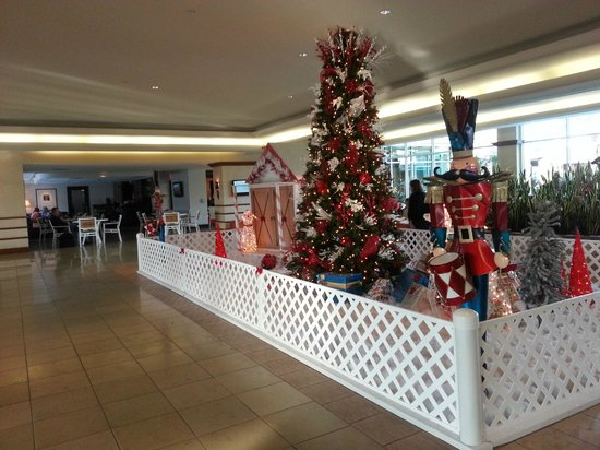 Doubletree By Hilton at the Entrance to Universal Orlando: Hotel foyer Christmas decorations