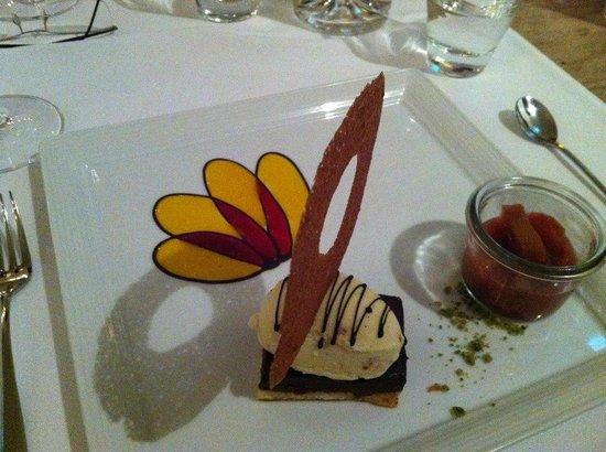 Restaurant Essort : Rabarberkompott, Schockoladenkuchenn, Amaretoeis