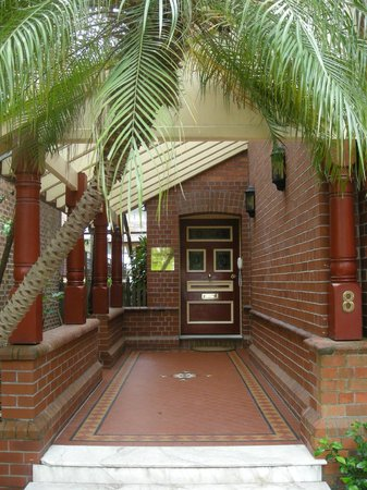 Simpsons of Potts Point Hotel: Entrance porch
