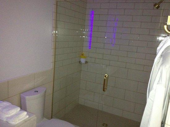 21c Museum Hotel Bentonville : Spacious and practical bathrooms