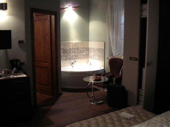 B&B Vicolo dell'Oste: particolare della camera con vasca idro
