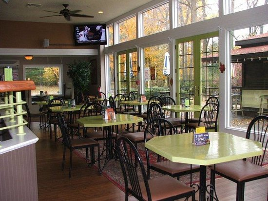 Sharkey's Sports Bar and Restaurant: Tons of seating-nice outdoor views