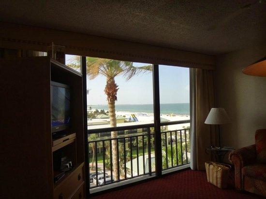 Sirata Beach Resort: Wohnzimmer mit Sicht zur Beach