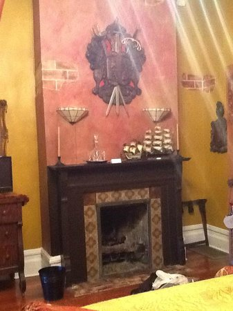 Seven Sisters Inn: Fireplace in the room