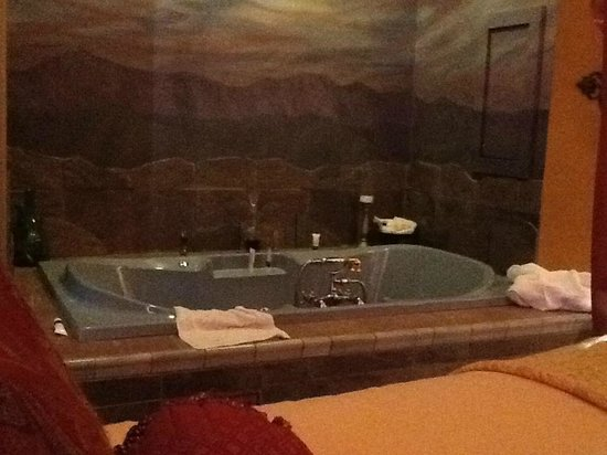 Seven Sisters Inn: Tub next to the bed