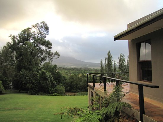 Paradyskloof Guest House: The cloudy view from our room