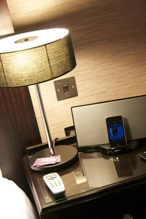 The Grosvenor Hotel: Ipod docking station on bedside table