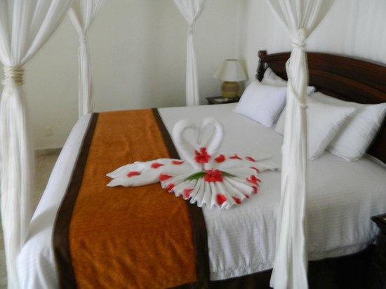 El Dorado Sensimar Riviera Maya: King sized bed with Towel art