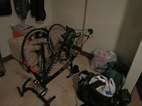 Paradyskloof Guest House: The space next to the bed in the room, plenty to put a child's cot (or bicycle !!)
