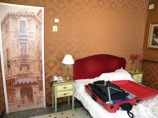 Hotel La Fenice et des Artistes: Un petit coin de la chambre