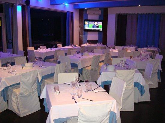 Figaro Restaurant & Sushi: Dining room by night