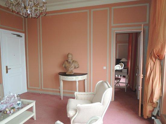 Pavillon Henri IV: Le petit salon attenant à la chambre