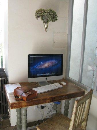Hôtel Le Sénéchal : espace ordinateur