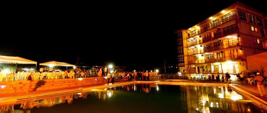 Star Hotel : swimming pool by night