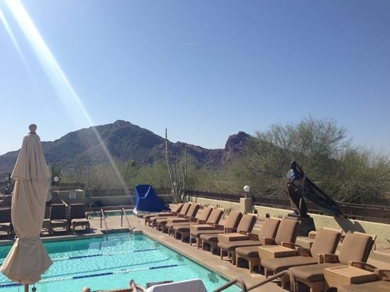 JW Marriott Scottsdale Camelback Inn Resort & Spa: Spa Pool Area - Views of Camelback Mt and PHX
