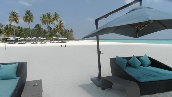 Constance Halaveli: Chill out beds on the beach