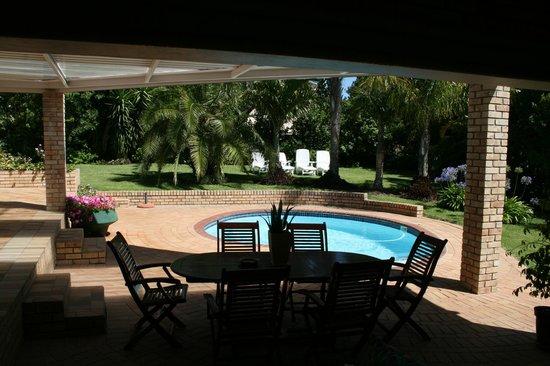 Summer Blue Guest House: Blick aus unserem Zimmer auf die Terrasse/Pool
