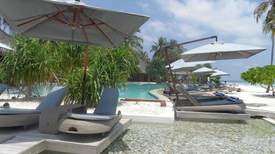 Constance Halaveli: Pool area always quiet and peaceful