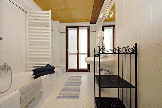 Casa Lory: Bathroom in fog apartment