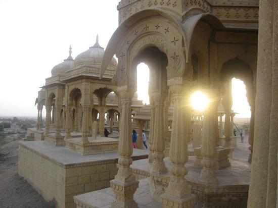 Vyas Chhatri : Vista al atardecer del conjunto