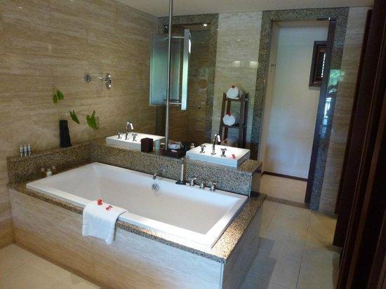 Constance Ephelia: Vue de la salle de bain de notre Senior Suite