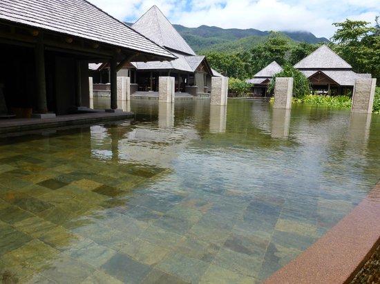 Constance Ephelia: Un bassin à coté du lobby sud