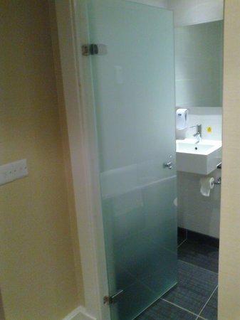 Premier Inn Bournemouth Central Hotel: Bathroom