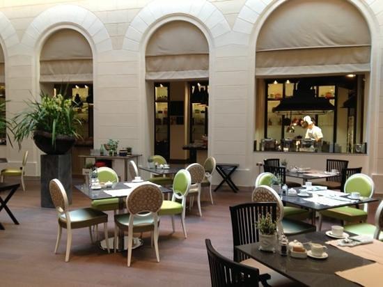 Palais Hansen Kempinski:                                                       Restaurant in atrium