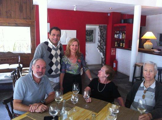 PK2: Sus Dueños, Carmen y Carlos en una mesa de clientes