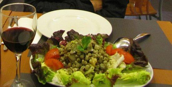 """Paradis: ensalada """"mediterrània"""", con salteado de habitas, ajos tiernos, setas, alcachofa, aceite de ment"""