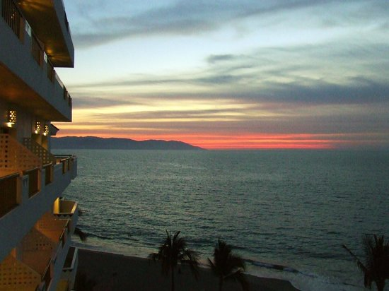 Villa Premiere Boutique Hotel & Romantic Getaway: Sunset looking South-west from our lanai.