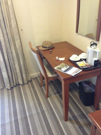 Ariva Gateway Kuching: Needs a refurb, but room was spacious enough!
