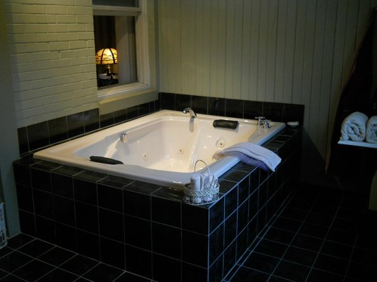 Tara - A Country Inn: Whirlpool tub in Master Gerald's Room