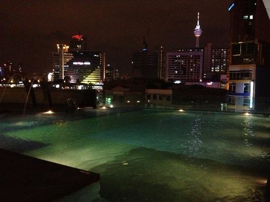 Furama Bukit Bintang: pool at night