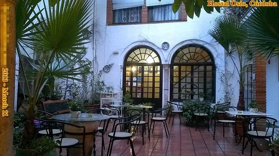 Hostal Osio: Nice, large, open-air patio with tables, chairs and beer/wine/soda vending machines.