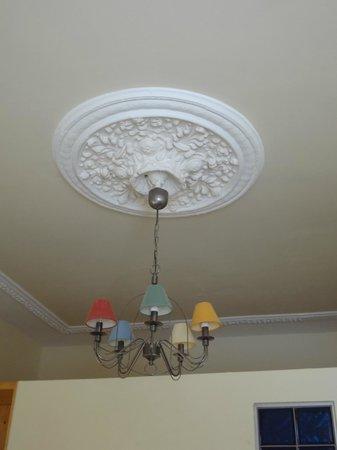 Beliebt Zimmerlampe . Hohe Decke mit Stuck - Picture of Signature Hotel JL72