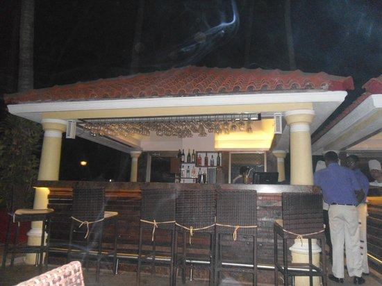 Phoenix Park Inn Resort: pool bar at night