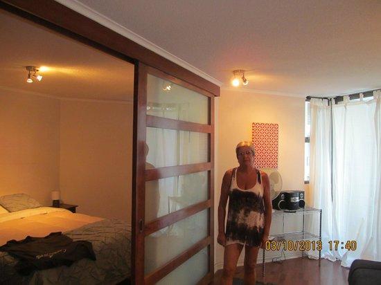 Apart Urbano Bellas Artes: parte da sala e quarto