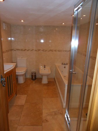 The Kilcot Inn: En suite bathroom