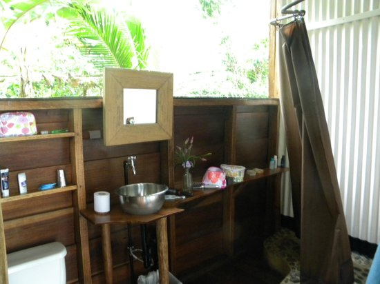 La Loma Jungle Lodge and Chocolate Farm: my bathroom