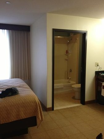 Hyatt Place Milford: bathroom view from seating area