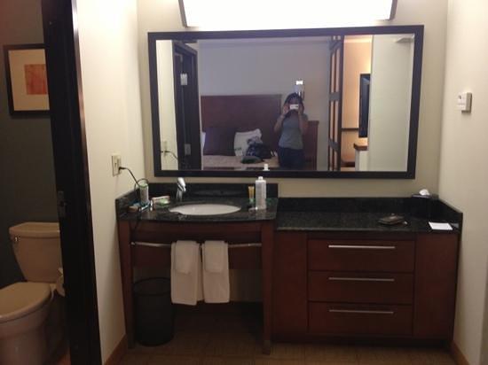 Hyatt Place Milford: vanity area