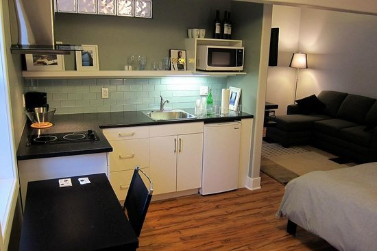 Merrickville Guest Suites : Our cosy room, nice kitchenette, bed and sitting area