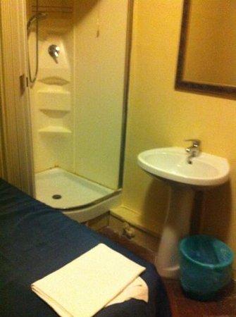 7 Santi Hostel: camera 315, c'è tutto il necessario ma se ti serve il gabinetto devi uscire dalla stanza