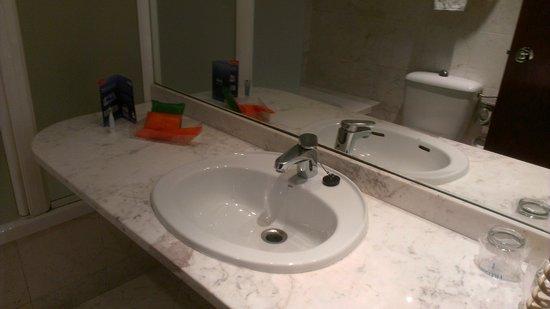 NH Barcelona Entenza : Cuarto de baño con detalle