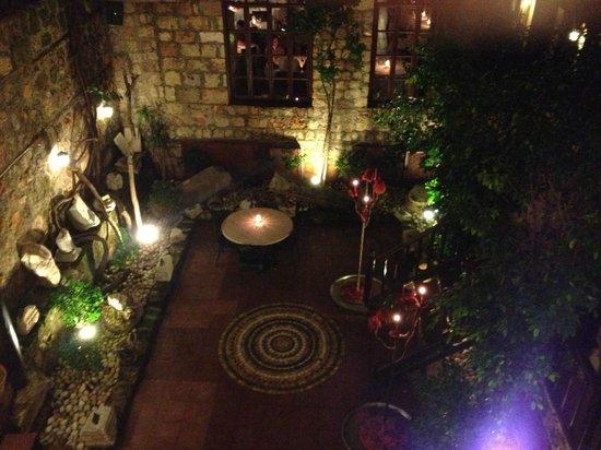 Alp Pasa Hotel: Interior Courtyard