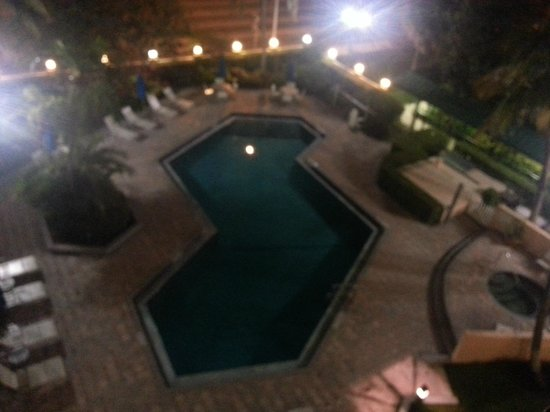 Courtyard by Marriott Fort Lauderdale East: pool at night